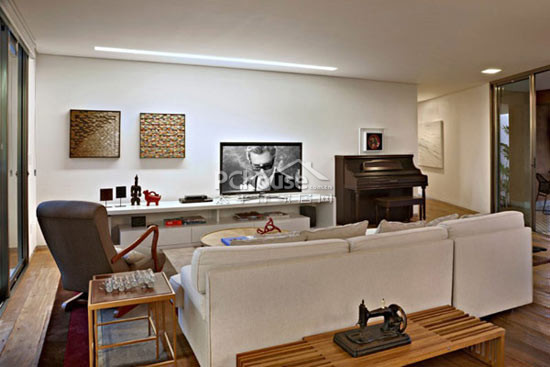 室内设计也是紧跟时尚脚步,大量木材的使用也激发了家庭的温暖感.